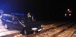 Kierowca utknął na przejeździe kolejowym. Kątem oka zobaczył pociąg