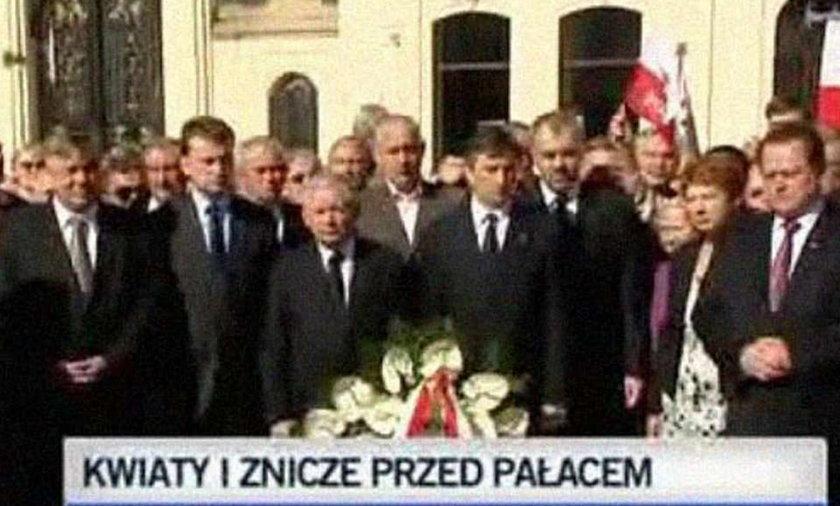 Trzy miesiące po tragedii: kwiaty pod pałacem