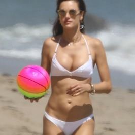 Bardzo szczupła Alessandra Ambrosio w bikini. Modelka nadal wygląda pięknie?