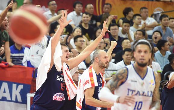 Nikola Jokić sa tri prsta slavi poene saigrača