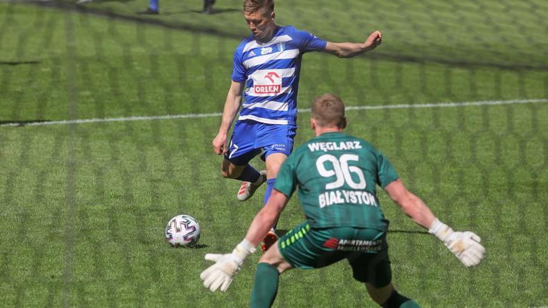 Bramkarz Jagiellonii Białystok Damian Węglarz (P) i Torgil Gjertsen (L) z Wisły Płock podczas meczu 28. kolejki piłkarskiej Ekstraklasy w Białymstoku