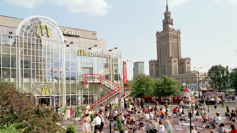 Warszawa, czerwiec 1992 roku. Pierwszy w Polsce McDonald's, otwarty przy ul. Marszałkowskiej 126