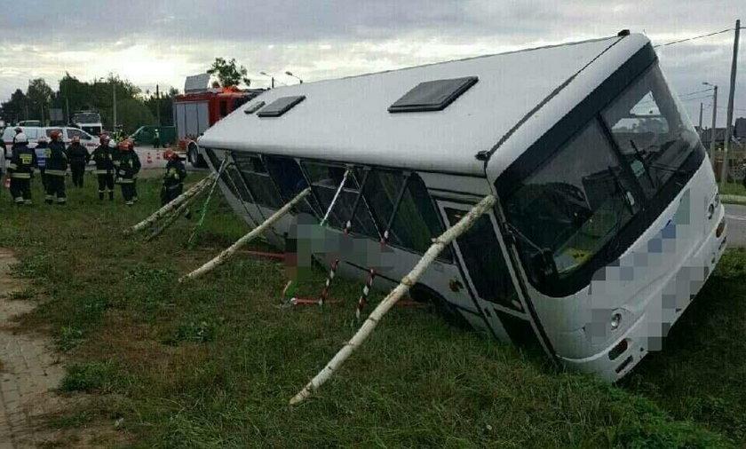 Wypadek na Podlasiu. Szkolny autobus wpadł do rowu. Dwoje dzieci rannych