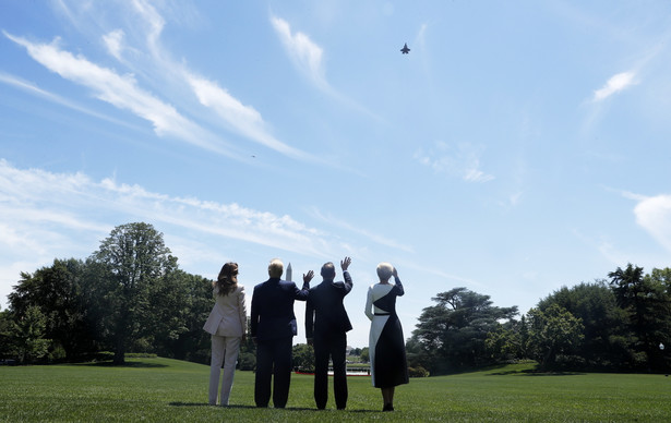 Prezydenci Donald Trump i Andrzej Duda wraz z małżonkami obserwują przelot myśliwców F-35 po podpisaniu deklaracji o współpracy militarnej