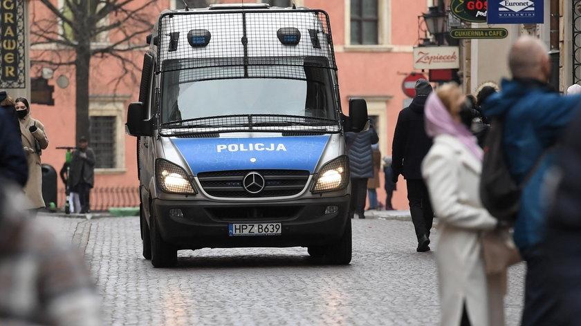 Protest przeciwko obostrzeniom. Policjant uciekał przed rozjuszonym tłumem
