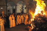 NIS03 paljenje badnjaka u Sabornoj crkvi u Nisu K Kamenov