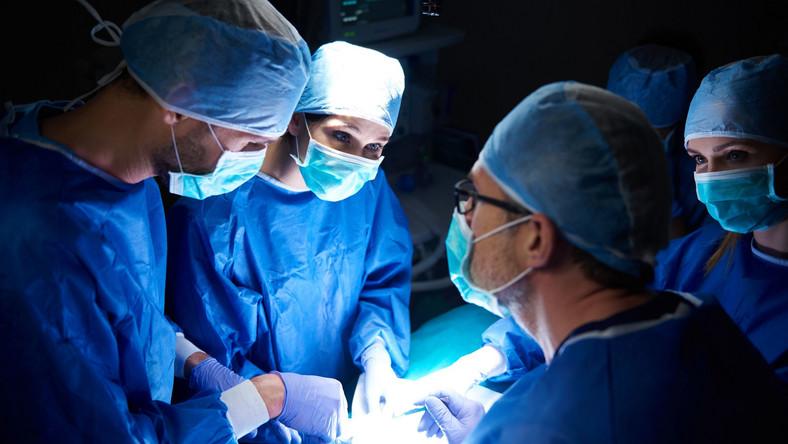 Operacja. Chirurdzy przy stole operacyjnym