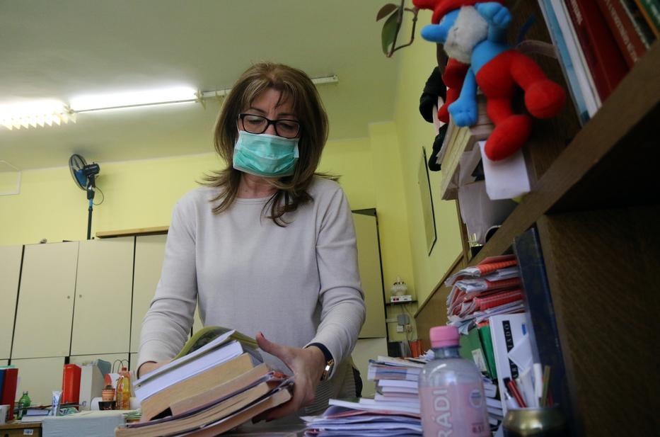 Podhorszky Judit tanárnő összepakolta és hazavitte könyveit a Miskolci Herman Ottó Gimnáziumból /Fotó: MTI-Vajda jános