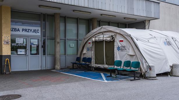 Namiot przed szpitalną Izbą Przyjęć podczas pandemii COVD-19