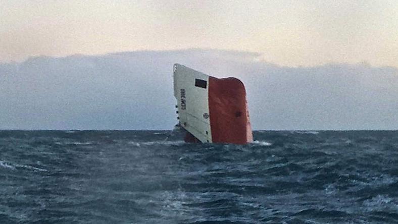 """Fragment statku """"Cemfjord"""" wystający z morza"""
