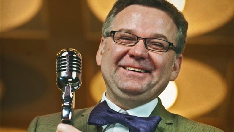 """Artur Andrus i jego płyta """"Myśliwiecka"""" okazali się bezkonkurencyjni. Zawierający piosenki kabaretowe krążek sprzedał się w nakładzie przekraczającym 70 tys. egzemplarzy, co uplasowało go na szczycie zestawienia najchętniej kupowanych płyt 2012 roku"""