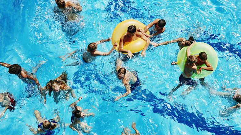Jak zadbać o bezpieczeństwo dziecka nad wodą? Dziecko na basenie