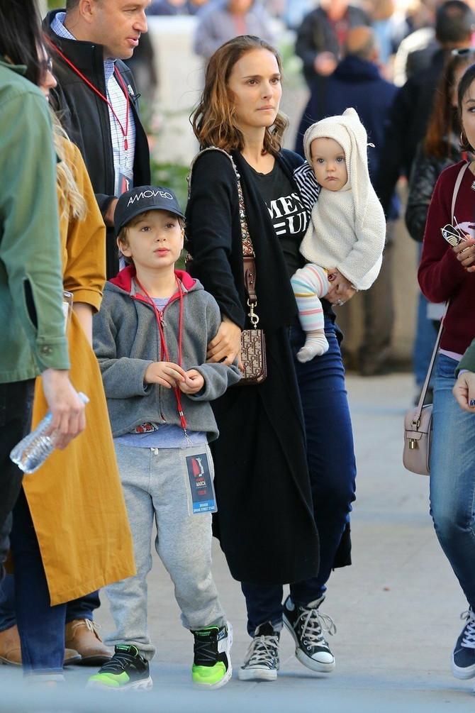 Natali Portman na Ženskom maršu 2018. godine u Los Anđelesu, sa sinom Alefom i ćerkom Amalijom