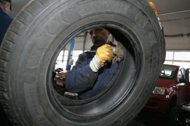 Około 300 pracowników Michelin Polska będzie pracować do kwietnia w niepełnym wymiarze godzin - na 1/2 i 3/4 etatu. Największa na Warmii i Mazurach firma, zatrudniająca ponad 4 tys. pracowników, w związku z kryzysem finansowym ogranicza produkcję opon.