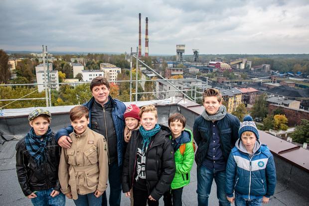 Robert Talarczyk z młodymi aktorami ze spektaklu Wujek.81. Czarna ballada na dachu budynku, z którego oglądał pacyfikację