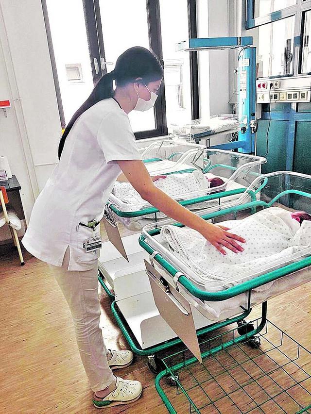 Bebi Covid pozitivne majke 24 sata nakon rođenja se uzima krv za brzi test na antitela, a 48 sati nakon rođenja radi se PCR test