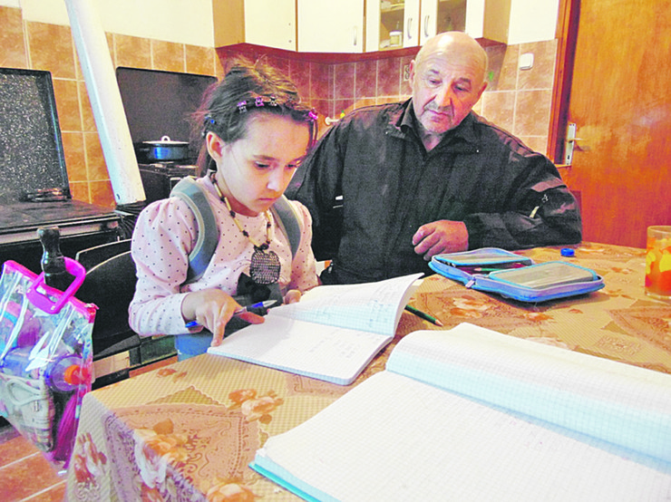 Jovanovici Ana radi domaci u kuhinji sa ocem