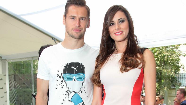 Piłkarz piękną Celię poznał w szkole w Bordeux.