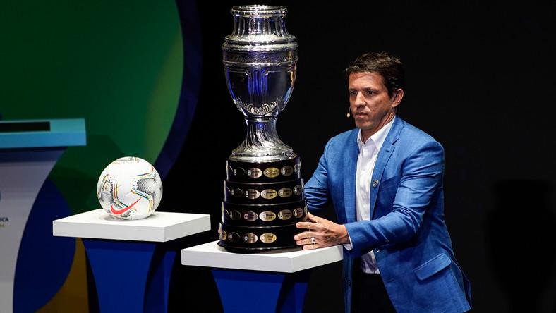 Były reprezentant Brazylii Juninho Paulista i puchar dla zwycięzców Copa America