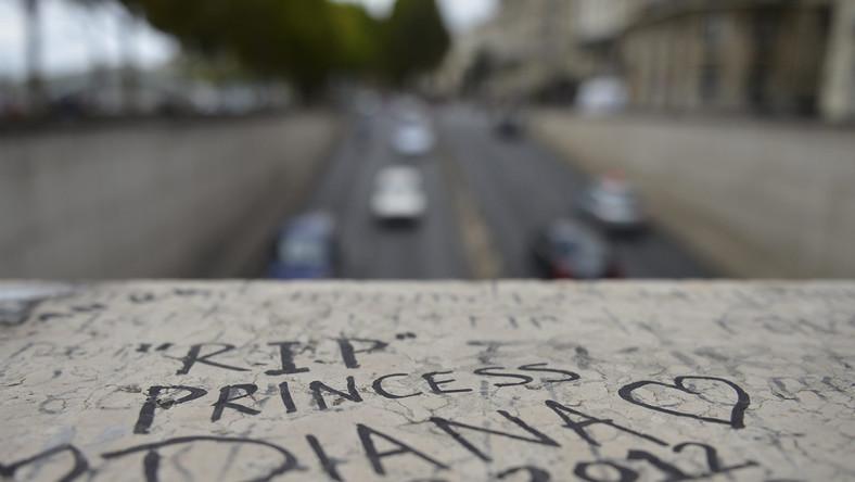 Księżna Diana wyszła z hotelu Ritz razem swym przyjacielem Dodim Al Fayedem. Wspólnie wsiedli do czarnego mercedesa. Towarzyszył im kierowca Henry Paul oraz ochroniarz Trevor Rees-Jones - jedyny, który przeżył wypadek.