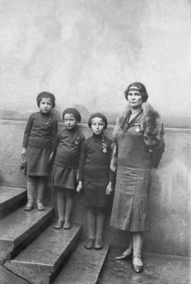 Milunka Savić je bila ne samo predan vojnik, već i posvećena majka. Rodila je ćerku Milenu i usvojila još tri devojčice