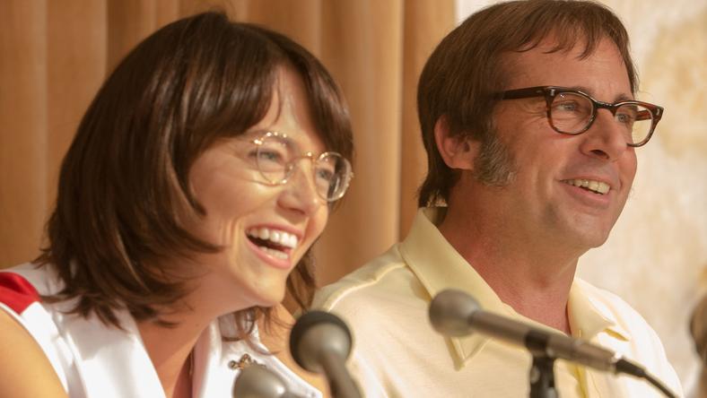 """Wojna płci"": Emma Stone i Steve Carrel na kadrach z filmu"