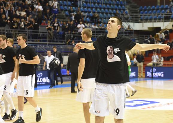 Košarkaši u majicama sa likom Saleta Mutavog
