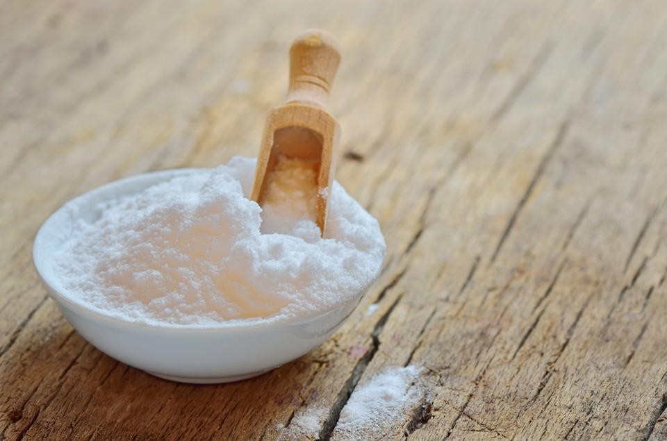 7. Raz w tygodniu wsyp do muszli klozetowej szklankę sody oczyszczonej – usunie brzydkie zapachy i zapobiegnie zatykaniu się rur.