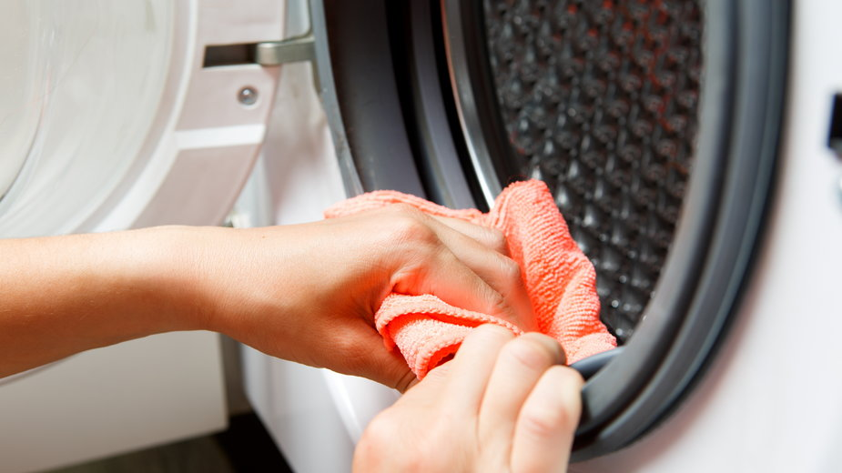 Regularne czyszczenie pralki zapobiega powstawaniu nieprzyjemnego zapachu - Sergey/stock.adobe.com