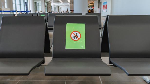 Oznaczenia na krzesłach w hali odlotów lotniska w związku z pandemią COVID-19