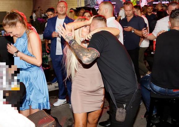 Nenad Aleksić Ša, Blondi i Nenadova supruga Ivana (u plavoj haljini)