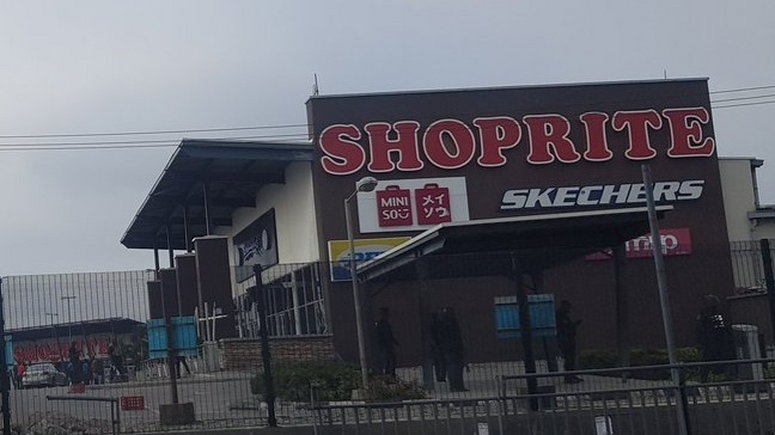 Police officers stand guard outside Shoprite, Jakande to deter protesters [Twitter/@CallHimDammy]