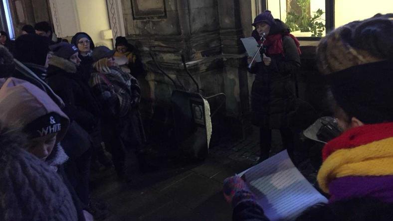 Przed siedzibą IPN czytano wczoraj świadectwa udziału Polaków w Holokauście