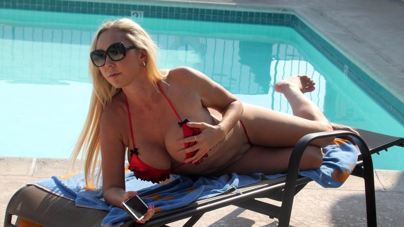 Mary Carey w skąpym bikini