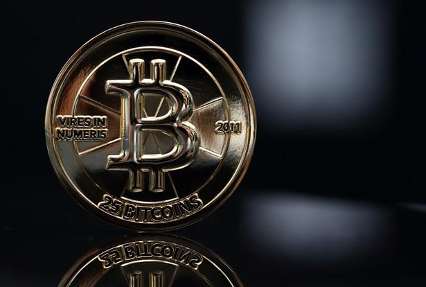 Moneta o wartości 25 bitcoinów. Wirtualna waluta została stworzona w 2009 roku przez anonimowego programistę lub grupę programistów o pseudonimie Satoshi Nakamoto. Całkowita podaż monet bitcoina została ustalona na 21 mln sztuk. Zamiast banku centralnego, zarządza nią komputerowy algorytm. Pod koniec listopada tego roku cena bitcoina na giełdzie Mt. Gox poszybowała do ponad 1240 dol. W grudniu w ciągu zaledwie kilu dni kurs załamał się o ponad 40 proc. Fot. Tomohiro Ohsumi, Bloomberg's Best Photos 2013.