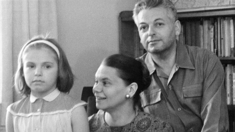 Julia Hartwig, Artur Międzyrzecki i ich córka Daniela, 1964 rok