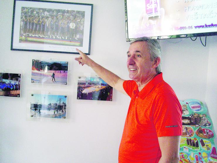svetislav pesic kraj fotke sampionskogh tima u indijanopolisu 2002.