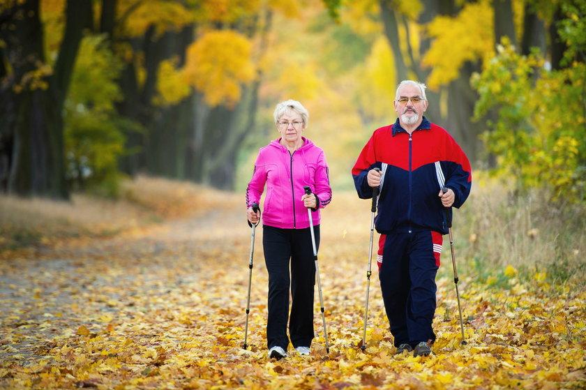 Dla wzmacniania kości niezbędny jest ruch. Dobry jest nordic walking.