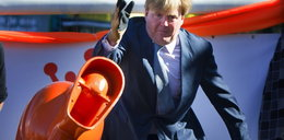 Król Holandii rzucał... sedesami
