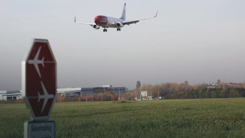 lotnisko lotniska samolot samoloty okecie LOT PLL LOT pas startowy latac latanie wieza kontroli lotow kontrolna lotnisko chopina lotnisko chopina