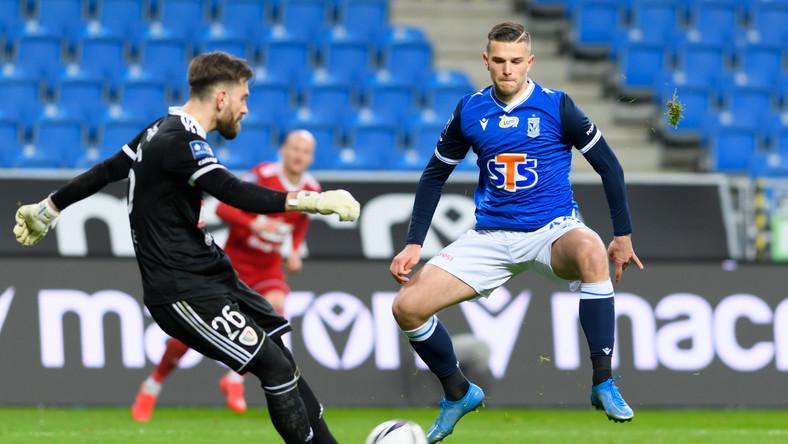 Frantisek Plach (L) i Filip Szymczak (P) podczas meczu 21. kolejki piłkarskiej Ekstraklasy