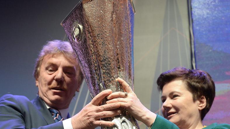 Prezes PZPN, Zbigniew Boniek i prezydent Warszawy Hanny Gronkiewicz-Waltz z trofeum Ligi Europy.