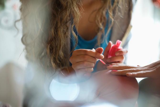 Pre lakiranja nahranite nokte uljem za negu