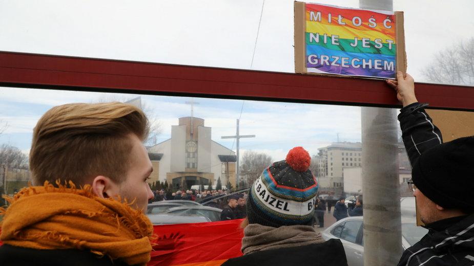 Protest przeciwko arcybiskupowi Jędraszewskiemu po jego słowach o osobach LGBT+