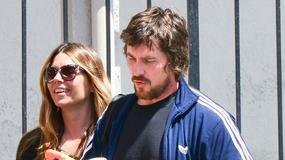 Christian Bale z żoną i synkiem na spacerze. Aktor jest nie do poznania!