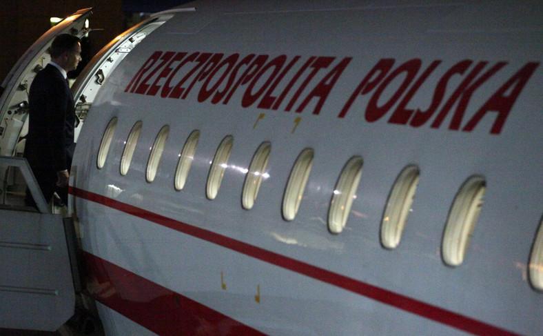 Prezydent Andrzej Duda wchodzi na pokład samolotu rządowego