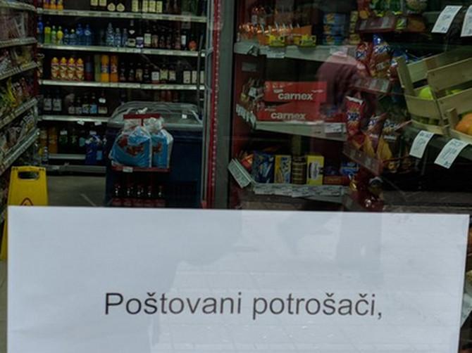 Zbog ovog obaveštenja kupci ispred vrata radnje ZASTANU PA UMRU OD SMEHA: A sigurni smo da vlasnik radnje UMIRE OD BLAMA
