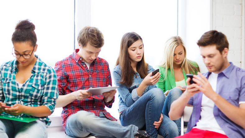 Komunikatory internetowe ułatwią kontakt ze znajomymi. Część z nich może też pomóc ominąć koszty roamingu.