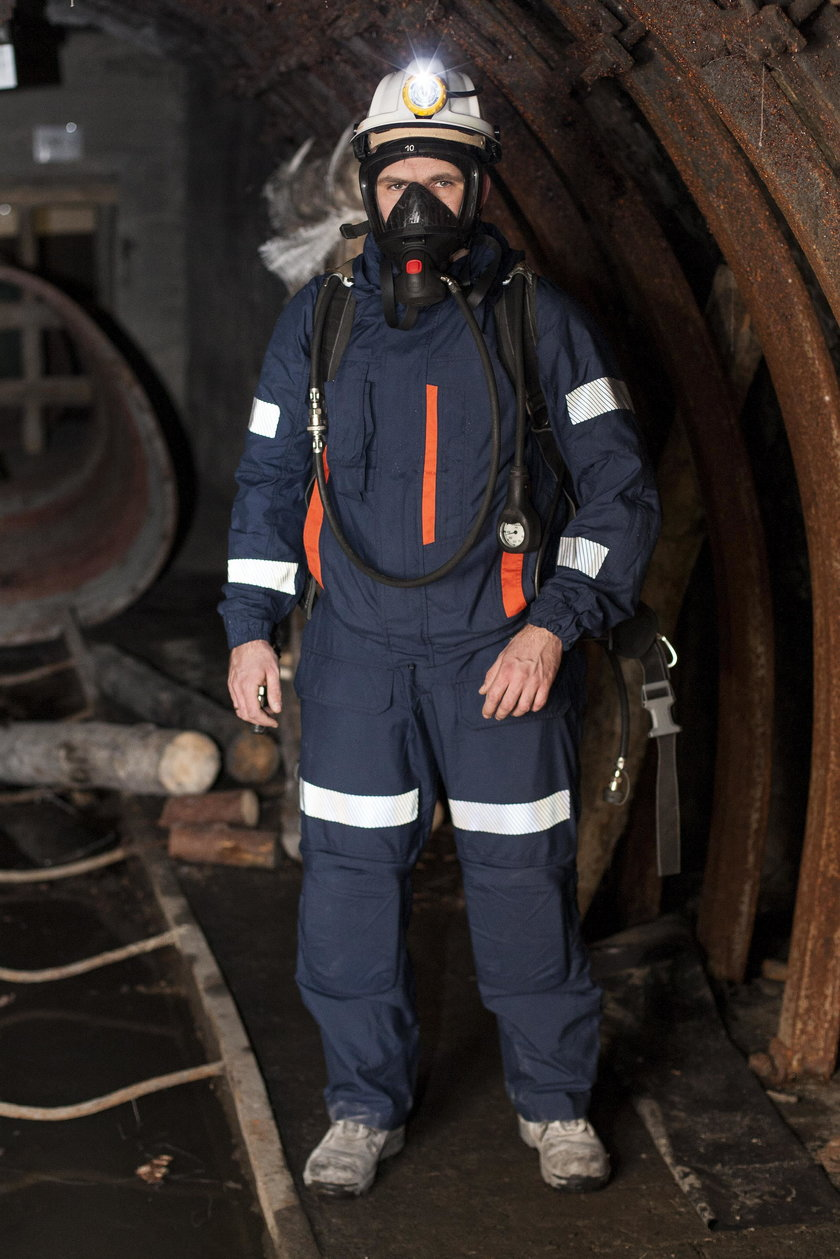 Adam Pilot, ratownik prezentuje nowy typ ubrania