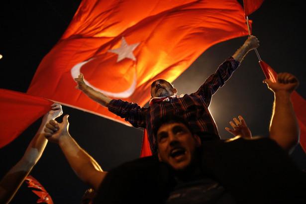 Oettinger opowiedział się za dalszą współpracą Unii Europejskiej z Turcją w celu opanowania kryzysu migracyjnego.